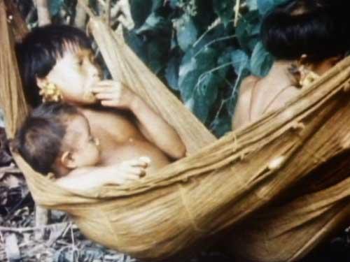 少女の乳児の世話