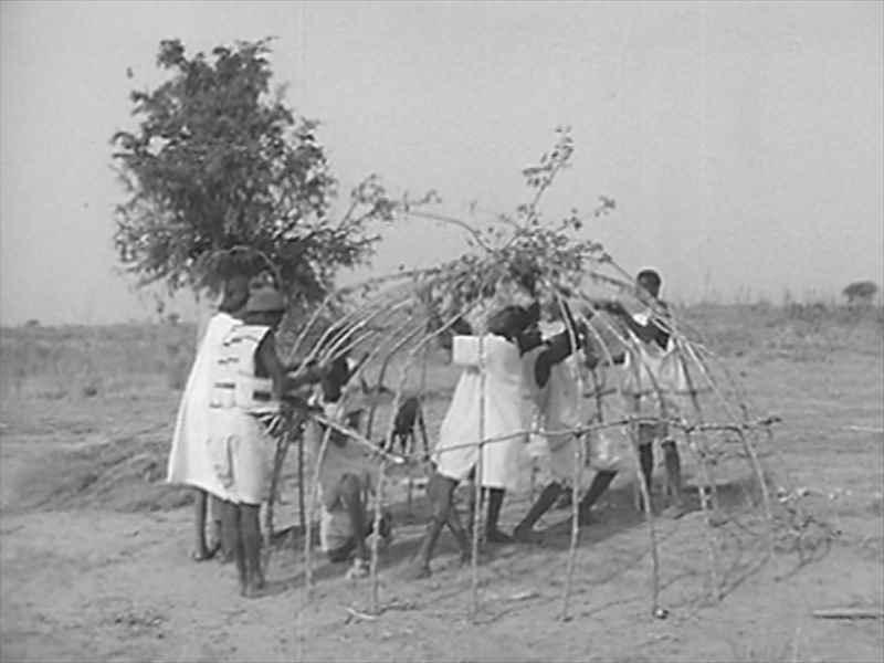 E0588西アフリカ・オートボルタのリマイベ族によるドーム型家屋の建築(1962年) のワンシーン。あっという間にできあがり、急な移動にも対応できる知恵の詰まった住居のかたち。