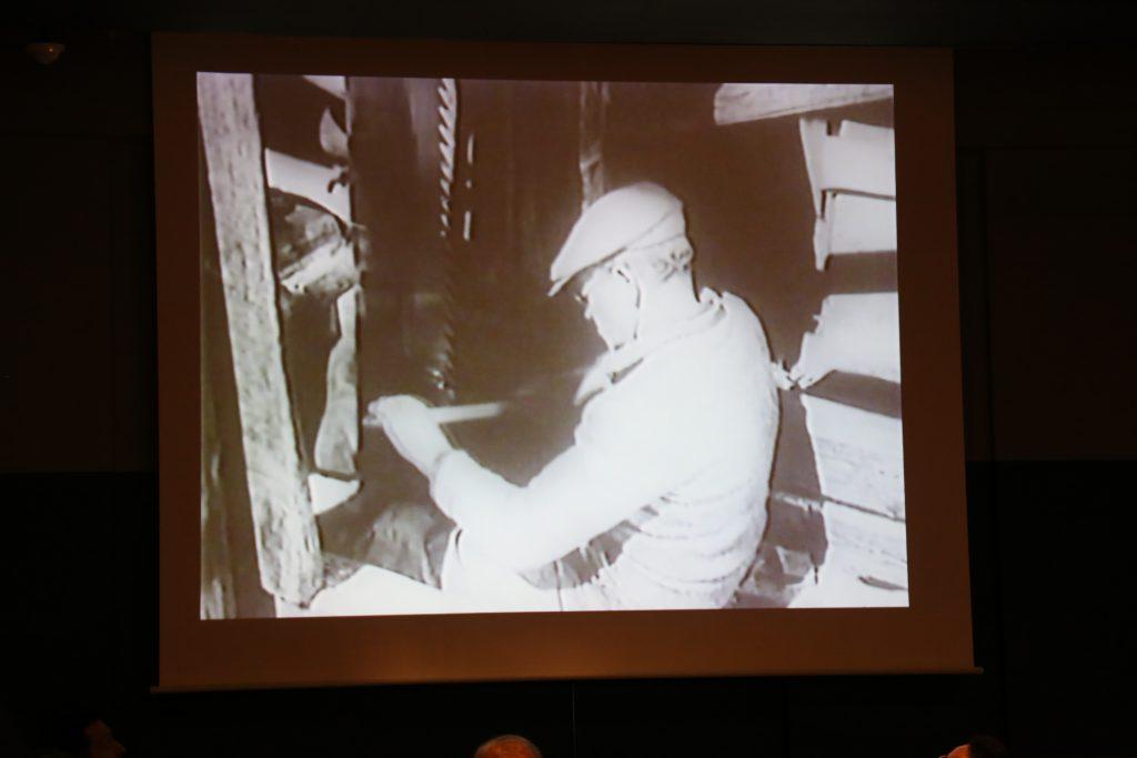 E0482 東ノルウェーの水車鋸での板づくり (1950年) では、木造の機械が川の水力で勢いよく動き、次々に板を作り上げていく様子が見られた。「電気が発明されても、こういう技術が無ければ電気を何に使えばいいかもわからない」と荒俣さん。