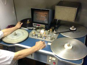 16ミリフィルムの編集機スタインベックで、ECフィルムを試写する。(写真提供:佐藤剛裕氏)
