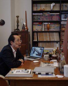 貴重な古書やさまざまな来歴をもつオブジェに囲まれた、インターメディアテクの館長室。